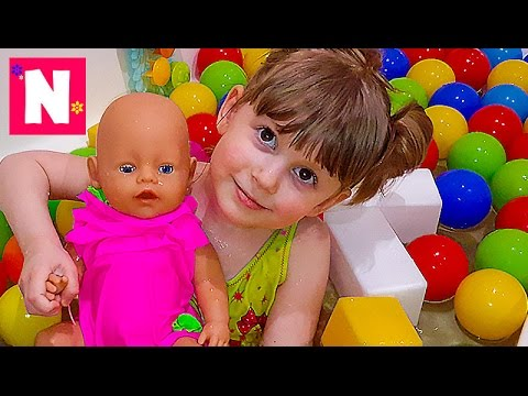 Kupaemsya-v-SHarikah-s-Kukloj-Bebi-Born-Games-for-bath-balls-Vanna-s-pennoj-Igraem-s-kukloj-Bebi-Born