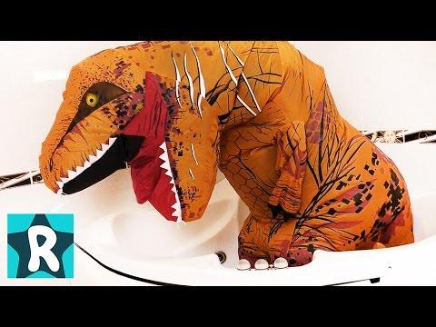 Dinozavr-RAZBUH-v-Vannoj-i-sel-Igrushki-Romy-Video-pro-Dinozavrov-dlya-Malchikov-Kids-Roma-Show