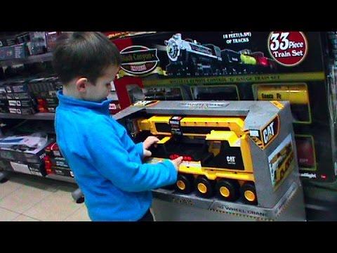 VLOG-Toys-V-detskom-magazine-igrushek-Dans-le-magasin-de-jouets-pour-les-enfants
