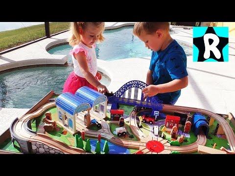 Tomas-i-Ego-Druzya-OGROMNAYA-ZHELEZNAYA-DOROGA-dlya-Detej-Novye-igrushki-Trains-Toys-Thomas-and-Friends