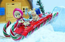 Masha-i-Medved-DELAYUT-SNEG-i-SANKI-iz-Konfet.-Masha-and-the-Bear-Do-Snow-Candy-Sled
