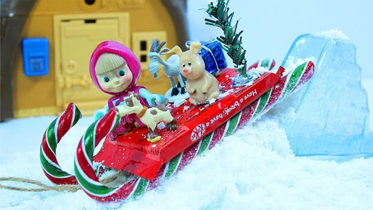 Masha-i-Medved-DELAYUT-SNEG-i-SANKI-iz-Konfet.-Masha-and-the-Bear-Do-Snow-Candy-Sled