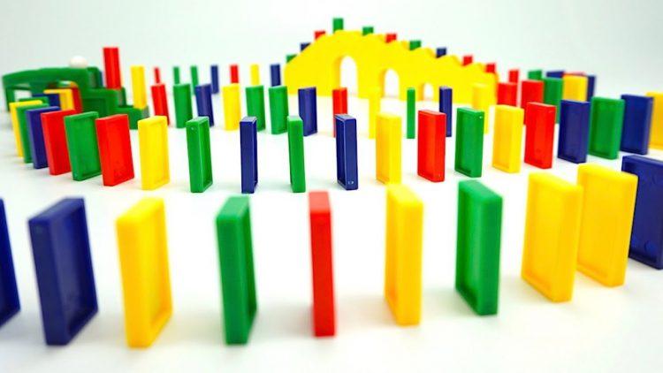 Raspakovyvaem-igrushku-Veseloe-Domino-Video-dlya-detej-igrovoj-nabor-dlya-vsej-semi