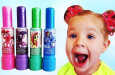 Diana-plays-and-Learn-Colors-with-color-Lipstick-Finger-Family-song