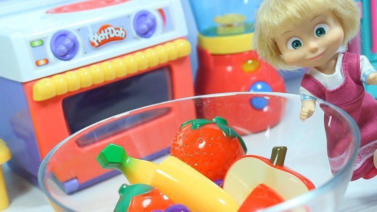 Igraem-s-kukloj-Mashej-Uchim-nazvaniya-fruktov-Delaem-fruktovyj-salat
