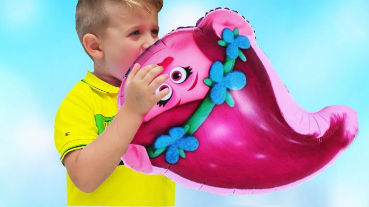 Roma-and-Daddy-plays-with-Balloons-and-Finger-family-song