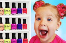 Roma-and-Diana-Pretend-Play-with-color-Nail-polish-and-Finger-Family-song-for-kids