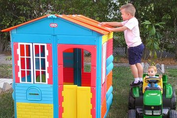Roma-pretend-play-with-Baby-doll-and-build-Playhouse-Fun-Song-about-colors-for-kids