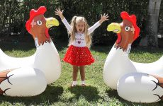 Diana-plays-Old-Mcdonald-Had-a-Farm-game-with-a-Funny-Chickens
