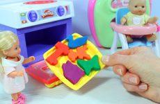 Kukla-Evi-Pupsik-Sonya-Pechyom-prazdnichnoe-pechene-Plastilin-Play-Doh