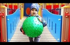 Roma-igraet-na-detskoj-ploshhadke-Outdoor-Playground-for-kids-fun-Play-time