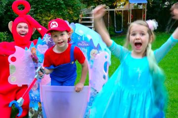 Pretend-play-Princess-in-Frozen-Dress-with-Mario-build-a-house-Castle-for-children