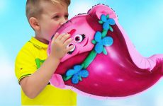 Roma-and-Daddy-plays-with-Balloons-Finger-family-song