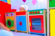 DIY-Detskij-DoM-RESTORAN-s-igrovoj-kuhnej-ili-Pretend-Play-in-DIY-Playhouse-for-children