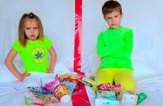 Maks-i-Katya-ne-podelili-konfety-i-igrushki-Naughty-children