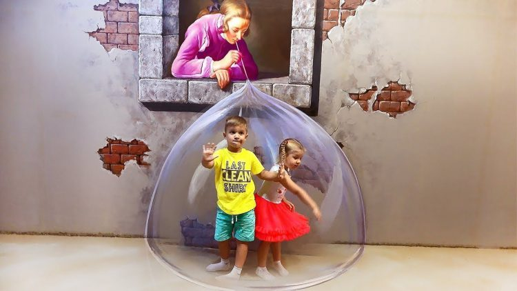 Roma-and-Diana-Pretend-Play-at-3D-Art-Museum-Video-for-children