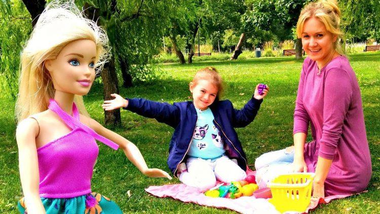 Piknik-v-parke-s-Barbi.-Igry-dlya-detej-na-prirode