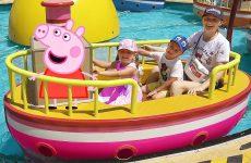 Roma-i-Diana-v-gostyah-u-Peppy-Video-dlya-detej-Outdoor-Amusement-Park-for-Kids