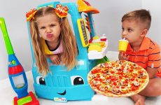 Diana-and-Roma-Pretend-Play-with-Pizza