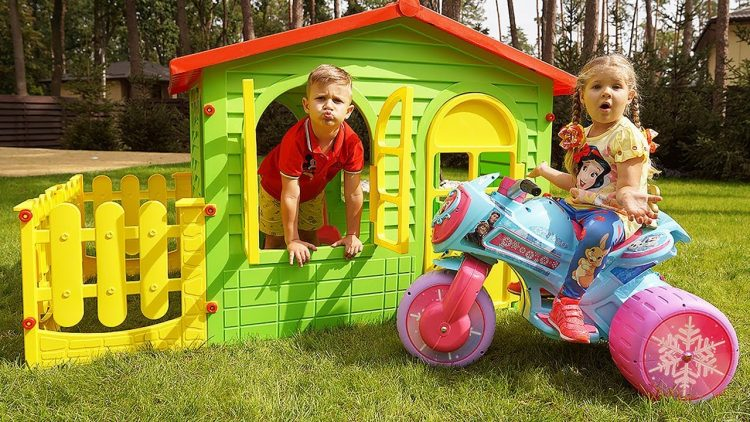Diana-and-Roma-Pretend-Play-with-Playhouses-for-children