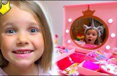 Katya-krasitsya-kak-Printsessa-i-volshebnyj-Edinorog-Makeup-Play-Table-Toy-and-Unicorns-for-children