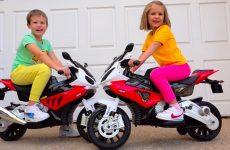 Katya-zhadnichaet-i-ne-delitsya-Naughty-kids-ride-on-toy-bikes