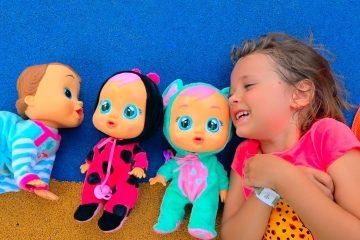 Kukly-i-Katya-lovyat-babochek-v-parke-i-nahodyat-malyshej-Cry-Babies-surprises-for-kids