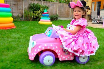 Minnie-Mouse-Katya-uborka-v-dome-i-Deti-igrayut-v-kafe-Kids-pretend-play-in-cafe-and-cleaning-house