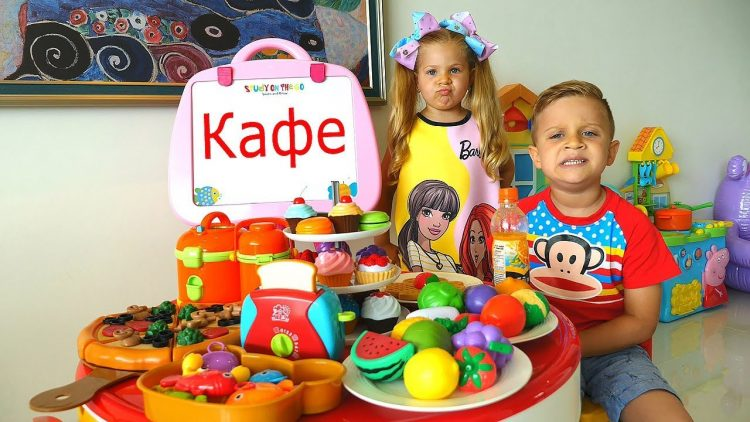 Roma-i-Diana-igrayut-v-Kafe-Kids-Pretend-Play-with-kitchen-toys