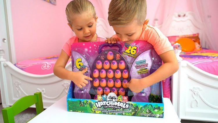 Roma-i-Diana-otkryvyut-malenkie-igrushki-Hetchimals-Hatchimals-surprise-eggs