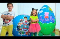 Deti-ne-podelili-igrushki-Svinki-i-SHHenyachego-Patrulya-v-ogromnyh-yajtsah-Giant-toy-eggs-with-surprise