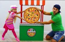 Sofiya-Barbie-igraet-s-Papoj-v-Igrovoj-domik-dlya-Detej-Pitstsa-ili-Pretend-Play-Pizza-Delivery