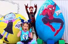 Deti-ne-podelili-igrushki-Spiderman-i-Vampirina-v-ogromnyh-yajtsah-Giant-toy-eggs-with-surprise