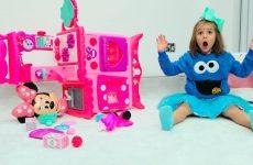 Katya-kak-nyanya-dlya-Maksa-Katy-pretend-play-a-Minnie-babysitter