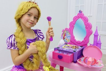 Sofiya-kak-Rapuntsel-naryazhaetsya-i-delaet-makiyazh-Sofia-Pretend-Play-Dress-Up-Kids-Make-Up-Toys