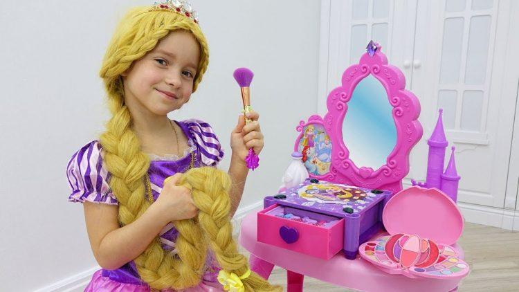 Sofiya-kak-Rapuntsel-naryazhaetsya-i-delaet-makiyazh-Sofia-Pretend-Play-Dress-Up-Kids-Make-Up-Toys