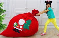 Sofiya-raznosit-PODARKI-i-IGRUSHKI-na-Rozhdestvo-Share-Toys-and-gives-presents-for-CHRISTMAS