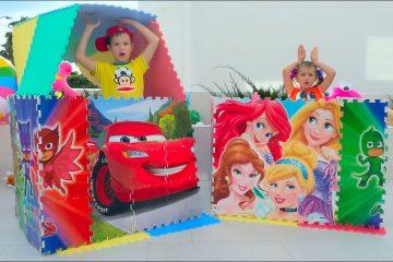 Maks-i-Katya-igrayut-i-stroyat-tsvetnye-detskie-domiki-pretend-play-and-build-colored-Playhouse