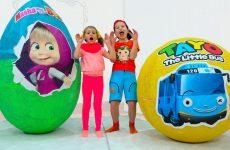 Deti-igrayut-v-Igrushki-Masha-i-Medved-v-gigantskom-yajtse-i-Avtobus-Tajo-v-bolshom-share