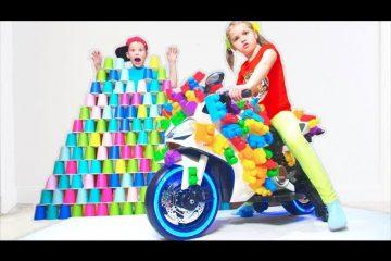 Deti-katayutsya-na-sportivnyh-mototsiklah-i-stroyat-piramidy-iz-konstruktora