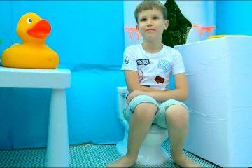 Maks-i-Katya-igrayut-s-detskimi-domikami
