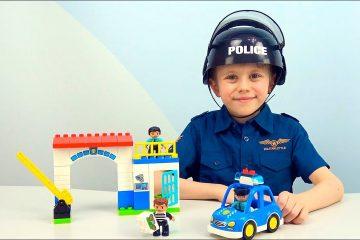 Politsejskij-uchastok-s-mashinoj-POLITSII-Lego-Duplo.-Danik-lovit-vorishku-iz-lego-kafe