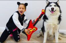 Sofiya-i-eyo-sobaka-Poyut-i-Igrayut-na-muzykalnyh-instrumentah-dlya-detej