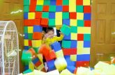 Zasypali-vsyu-komnatu-tsvetnymi-kubikami