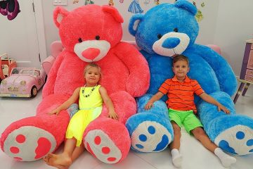 Diana-and-Roma-play-with-Giant-Teddy-bears
