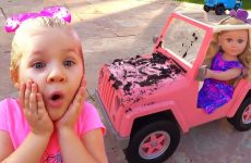 Diana-playing-Car-Wash-with-Cleaning-Toys