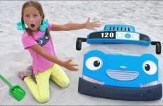 Sofiya-pomogaet-malenkomu-avtobusu-na-peske