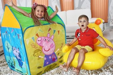 Diana-and-Roma-play-with-Peppa-Pig-toy-tent