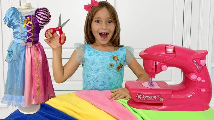 Sofiya-shet-Novoe-plate-i-sobiraetsya-na-Vecherinku-Printsess-Sofia-playing-with-Toy-Sewing-machine