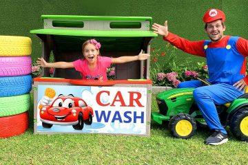 Sofiya-igraet-v-mojku-mashin-Sofia-plays-with-Car-Wash-with-Cleaning-Toys